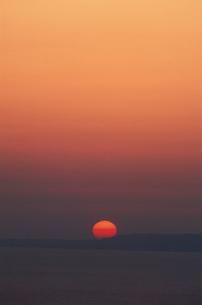 弥彦山頂より佐渡に入る夕日の写真素材 [FYI03923821]