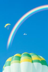 熱気球とパラグライダーと飛行機と虹の写真素材 [FYI03923871]