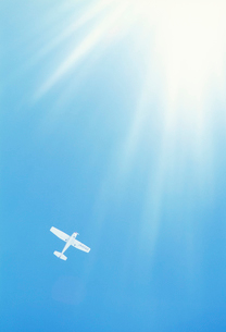 飛行機と光芒の写真素材 [FYI03923879]