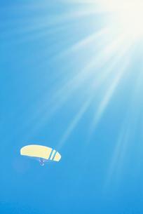 パラグライダーと光芒の写真素材 [FYI03923882]