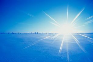 朝日と雪原の写真素材 [FYI03923991]