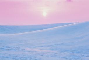 朝日と雪原の写真素材 [FYI03923995]