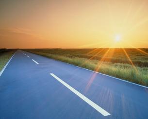 夕日と道路の写真素材 [FYI03924009]