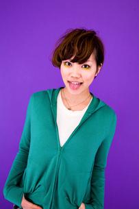 舌を出す女性の写真素材 [FYI03924271]