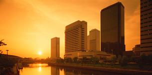 大阪ビジネスパークと夕陽の写真素材 [FYI03924677]