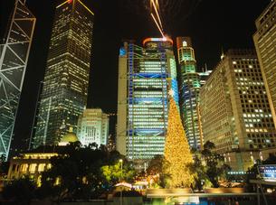 セントラルのクリスマスツリーとビルの写真素材 [FYI03924801]