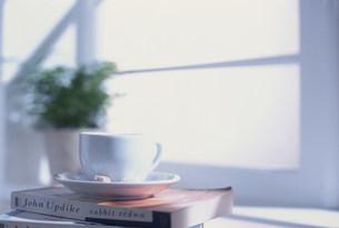 コーヒーカップと本の写真素材 [FYI03924938]
