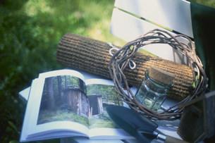本とシャベルの写真素材 [FYI03924947]