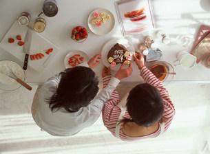 ケーキを作る人物2人 俯瞰の写真素材 [FYI03925081]
