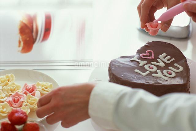 ケーキを作る手元の写真素材 [FYI03925082]