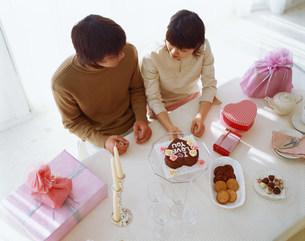 ケーキを前に話す男女 俯瞰の写真素材 [FYI03925083]