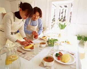食事準備をする女性の写真素材 [FYI03925088]
