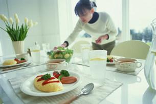 オムレツと食事の準備をする女性の写真素材 [FYI03925090]