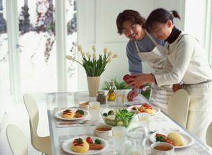 食事の準備をする男女の写真素材 [FYI03925095]