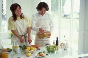 食事の準備をする男女の写真素材 [FYI03925097]