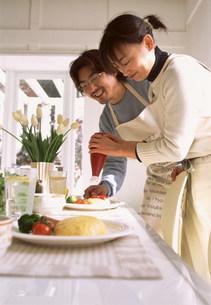 調理する男女の写真素材 [FYI03925106]