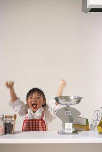 キッチンにいる子どもの写真素材 [FYI03925129]