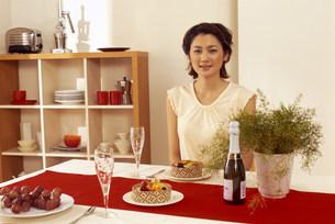 テーブルについた女性の写真素材 [FYI03925154]