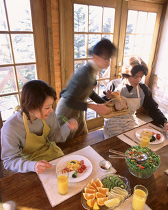 テーブルについている人物の写真素材 [FYI03925159]