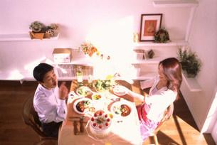 飲食する男女の写真素材 [FYI03925162]