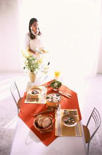 食卓と人物の写真素材 [FYI03925168]