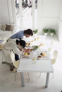 調理する男女の写真素材 [FYI03925184]