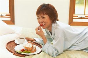 食事をする女性の写真素材 [FYI03925194]