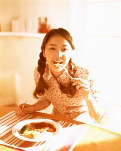 食事をする女性の写真素材 [FYI03925195]