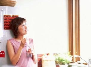 見上げている女性の写真素材 [FYI03925198]