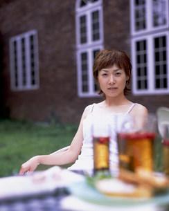 屋外にいる女性と飲食イメージの写真素材 [FYI03925231]