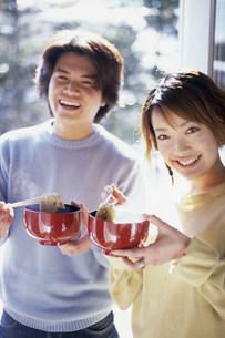 飲食する男女の写真素材 [FYI03925235]