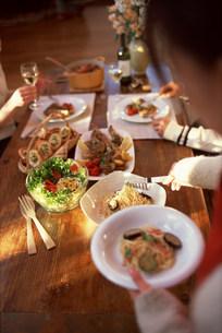 飲食物と手元の写真素材 [FYI03925263]