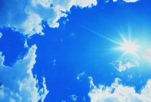 青空と太陽イメージの写真素材 [FYI03925501]