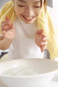 洗顔する女性の写真素材 [FYI03925672]
