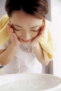 洗顔する女性の写真素材 [FYI03925674]