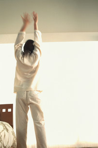 伸びをする女性の写真素材 [FYI03925675]