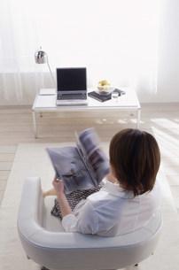 雑誌を読んでいる女性の写真素材 [FYI03925723]