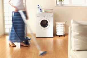 掃除をする女性の写真素材 [FYI03925736]