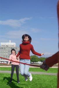 縄跳びをする女性の写真素材 [FYI03925764]