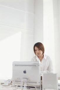 パソコンと女性の写真素材 [FYI03925802]