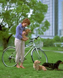 犬と女性の写真素材 [FYI03925923]