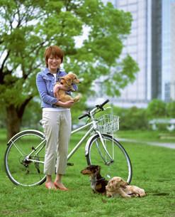 犬と人物の写真素材 [FYI03925927]