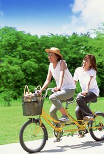 自転車に乗る女性の写真素材 [FYI03925955]