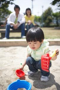 砂場で遊ぶ家族の写真素材 [FYI03926213]