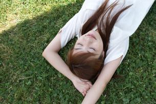 寝そべる女性の写真素材 [FYI03926287]