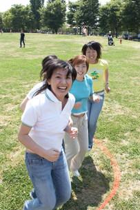縄跳びをする女性の写真素材 [FYI03926292]