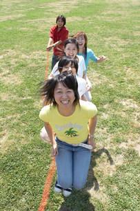 縄跳びをする女性の写真素材 [FYI03926294]