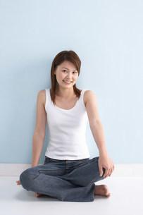座る女性の写真素材 [FYI03926300]