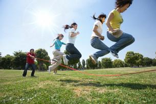 縄跳びをする女性の写真素材 [FYI03926310]