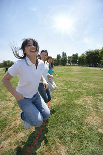 縄跳びをする女性の写真素材 [FYI03926311]